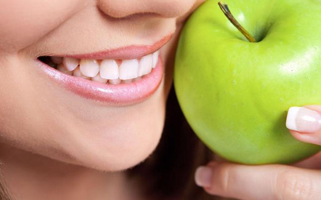 Piękne zęby bez osadu i kamienia.